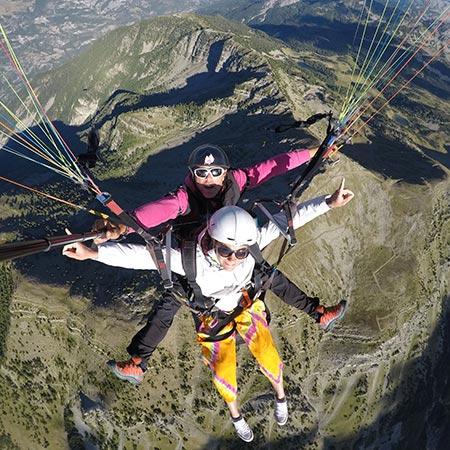 équipage parapente tandem posant au sommet de la vallée de l'ubaye