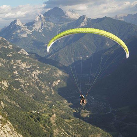parapente avec un arrière plan montagne des hautes alpes.
