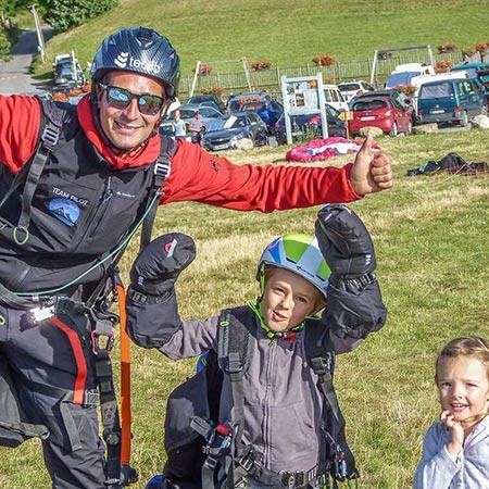enfant et pilote au sol faisant signe de la main.