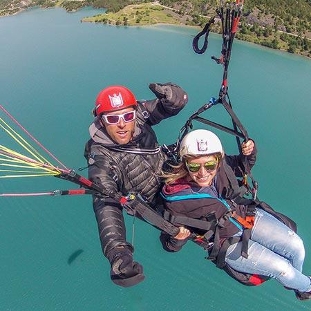 équipage vol parapente tandem au-dessus du lac de serre-ponçon.